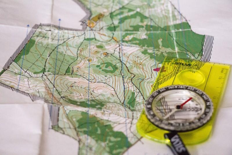 Tájfutó térkép (részlet) és tájoló